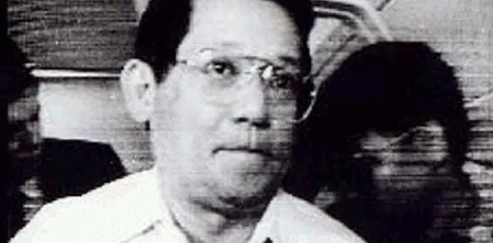 Ninoy Aquino prepares to disembark escorted by soldiers