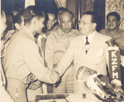 President Elpidio Quirino shake hands with Huk Leader Luis Taruc upon issuing amnesty to the rebel group on the condition that they disarm on June 21, 1948. The negotiation will eventually collapse on August, 1948. (Source: National Library of the Philippines.)