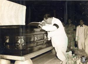 Quirino with Roxas casket