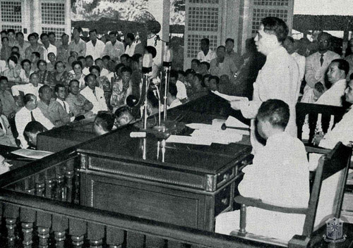 Manuel Roxas addressing lawmakers