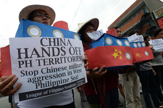 Filipino students shout anti-Chinese slogans